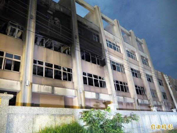 宇鴻科技的門窗因火災悶燒而破損,千噸泡水垃圾的惡臭也因此飄散得更嚴重。(記者陳昀攝)