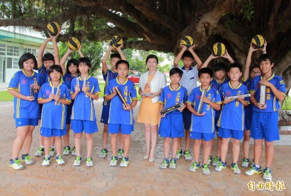 三條國小學生允文允武在躲避球與口琴競賽中,屢獲得佳績。(記者陳冠備攝)