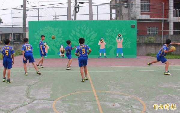 三條國小躲避球隊利用下課時間練習。(記者陳冠備攝)