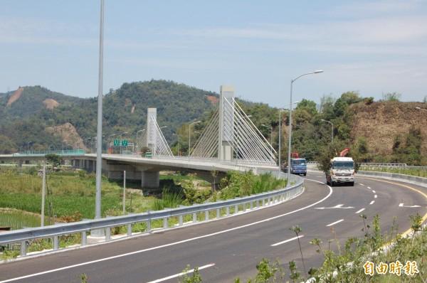 國道6號愛蘭交流道的脊背橋為國道車流進入埔里的新地標。(記者佟振國攝)