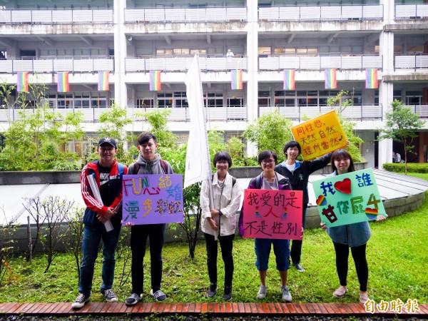 宜蘭大學原色思潮社在5月17日國際不再恐同日這天舉行「飄揚彩虹,不再恐同」活動。(記者簡惠茹攝)