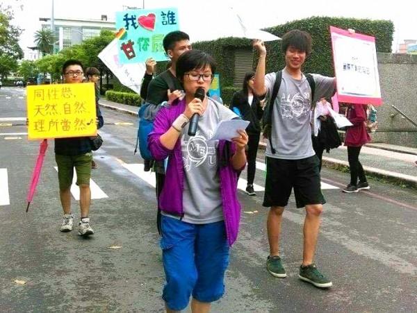 宜蘭大學原色思潮社在5月17日國際不再恐同日這天舉行「飄揚彩虹,不再恐同」活動(原色思潮提供)