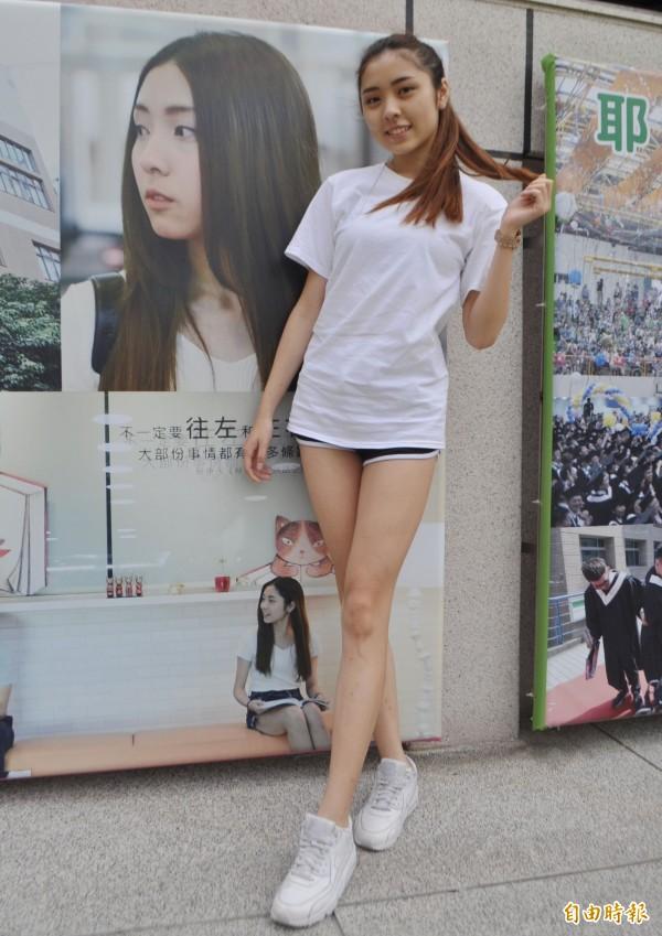 健行科大長腿校花彭郁真和由她所拍攝的學校宣傳文宣照。(記者李容萍攝)