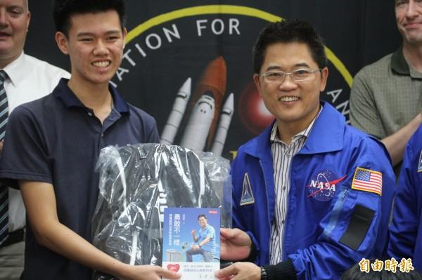 台東縣均一中學學生邱紳騏(左一)獲得美國休士頓太空與科學教育協會(HASSE)獎學金,台東縣長黃健庭贈旅行背包。(記者黃明堂攝)