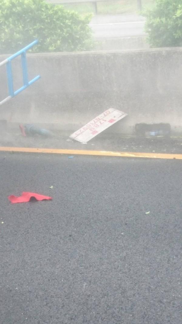 載運鹽酸的化學槽車在國道中山高速公路翻覆,影響通行。(記者林宜樟翻攝)