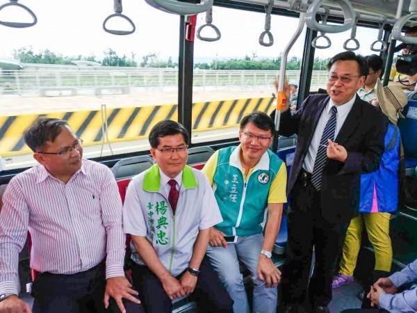 高美濕地假日光觀公車688路今舉行通車儀式,多位地方人士實際乘車體驗。(台中市交通局提供)