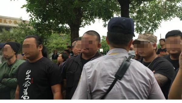 動保黑衣男,催生「可愛動物園區」,被反對者痛毆。(記者顏宏駿翻)(記者顏宏駿攝)