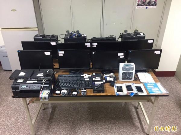 警方搜出大批「通博娛樂城」網站使用電腦。(記者姚岳宏翻攝)