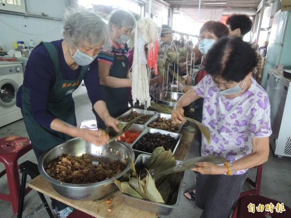 最年長的88歲黃曾卻(右)每年參與愛心活動,所包粽子有稜有角,手藝精湛。(記者廖雪茹攝)