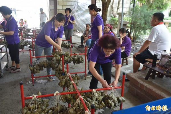 雲林家扶莪馨會、台西安西府及融獻基金會的義工媽媽們一起包愛心粽,3000顆全部分送給海區弱勢家庭。(記者黃淑莉攝)