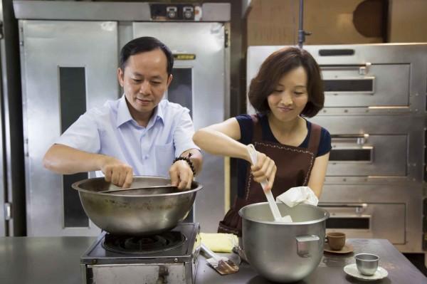 方漢武(左)的故事,被大愛電視台拍成連續劇「愛上ㄆㄤˋ 滋味」。 (慈濟慈善事業基金會提供)