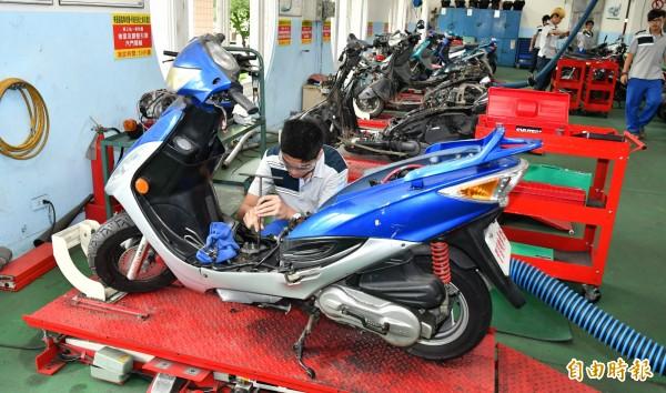 「役前職能教育訓練計畫」開設機器腳踏車修護(丙)級證照班,讓役男增加退伍後工作機會。(記者何玉華攝)