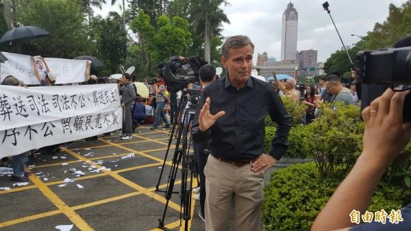 半島電視台到場關心釋憲情況。(記者溫于德攝)