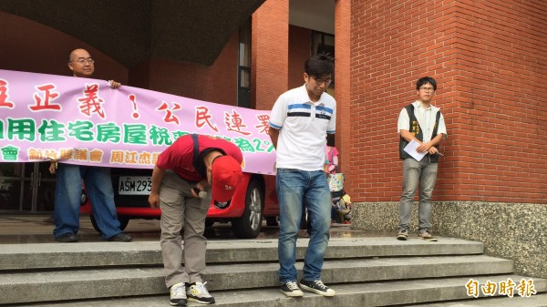 勞動黨新竹縣議員高偉凱(前左)、綠黨新竹縣議員周江杰(前右)為自己沒能做到好、做到滿,用深深鞠躬向所有支持者致歉。(記者黃美珠攝)