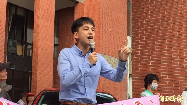 桃園市蝸居聯盟召集人牛煦庭以同為國民黨員身分,呼籲新竹縣議會的國民黨黨團,要重新考慮人民的聲音,不要站在92%人民的對面,去保護8%的富商巨賈。(記者黃美珠攝)
