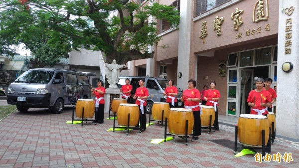 華聖啟能發展中心憨兒以中國鼓表演迎賓。(記者廖淑玲攝)