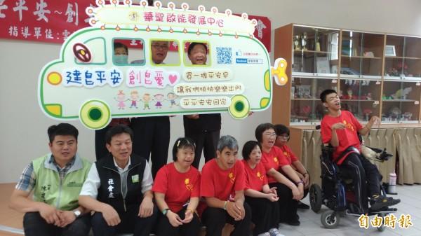 雲林縣長李進勇到華聖啟能發展中心呼籲大家支持義賣手工皂。(記者廖淑玲攝)