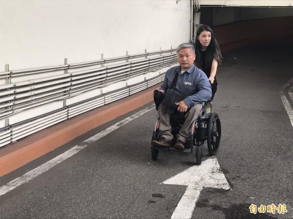 公有地下停車場沒電梯,身障者批出入很危險。(記者陳紜甄攝)