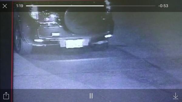 警方鎖定砍人車輛車牌。(記者陳薏云翻攝)