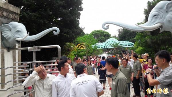 新竹市立動物園29日起封園請假了!新竹市長林智堅邀請台北市長柯文哲也回家鄉重溫兒時回憶,更與市民拍照留念,包括舊大象門和噴水池等。(記者洪美秀攝)
