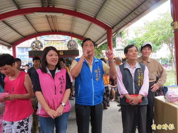 中市西屯何仁里舉辦拿資源回收物來換粽子活動,多位市議員到現場跟里民們打招呼。(記者蘇金鳳攝)