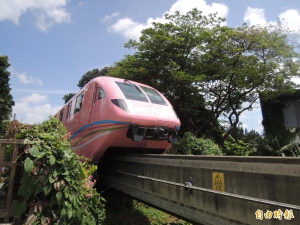 台南市先進運輸系統考量南市的都市特性,採用輕運量的高架跨座式單軌系統。(記者蔡文居攝)