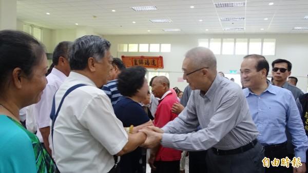 吳敦義在台南佳里感恩餐會和支持者握手感謝。(記者楊金城攝)