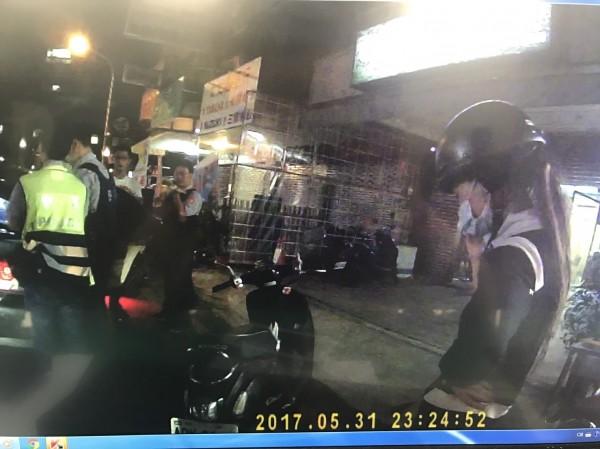楊女戴著安全帽坐在副駕駛座,引起警方懷疑,沒想到真的在車內查出毒品。(記者王捷翻攝)
