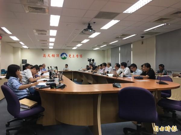 台電要在台西設4座風機,今天送進環評專案小組審查。(記者楊綿傑攝)