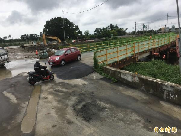 位在文瑞橋舊橋旁的臨時便橋,今天開放小車和機慢車通行。(記者楊金城攝)