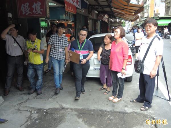 林秀惠(右二)與養工處人員到場會勘。(記者翁聿煌攝)