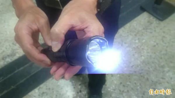 這把手電筒前端有金屬裸露,並能施放電擊,但一般人會以為這是普通的手電筒,對它降低戒心,警方呼籲要小心。(記者王捷攝)