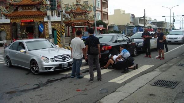 擔心波及路旁民眾,朱姓男子以賓士車幫忙警方抓毒犯。(記者蔡宗憲翻攝)