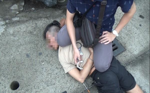 警方壓制逃逸李嫌。(記者蔡宗憲翻攝)