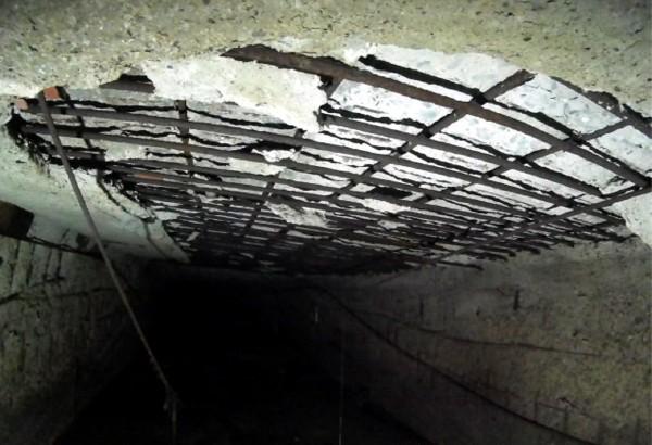 利南街底下箱涵老舊,鋼筋已嚴重裸露。(記者蔡文居翻攝)