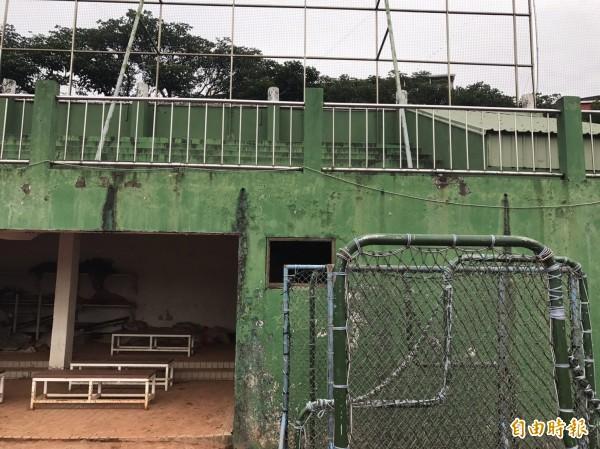 有44年歷史的平鎮棒球場,有嚴重壁癌。(記者陳昀攝)