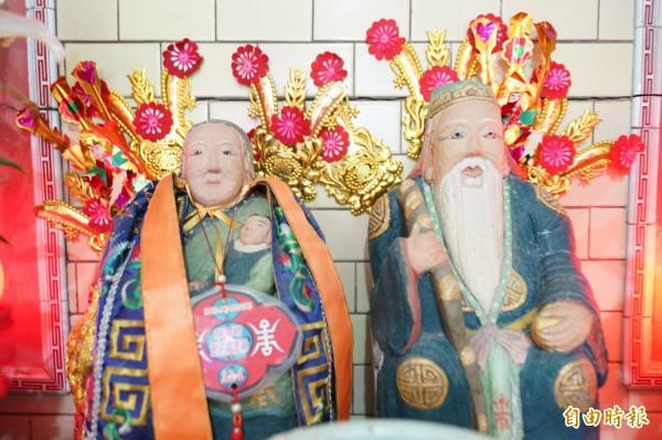 龍潭高平里這座土地公廟的土地婆手抱小孩,令人嘖嘖稱奇。(記者李容萍攝)