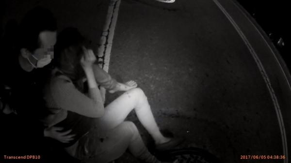邱姓詐欺通緝犯機車閃警,闖紅燈害女友被撞飛。(記者黃良傑翻攝)