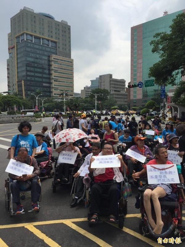 台北市新活力自立生活協會遊行請願,促政府落實身障者自立生活服務。(記者周彥妤攝)