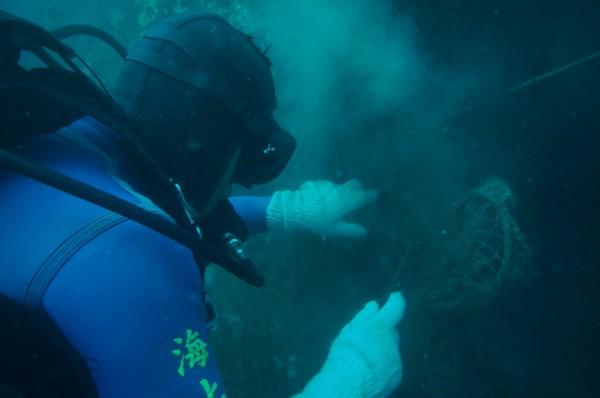 廢漁網纏繞岩礁情形。(高雄市府提供)