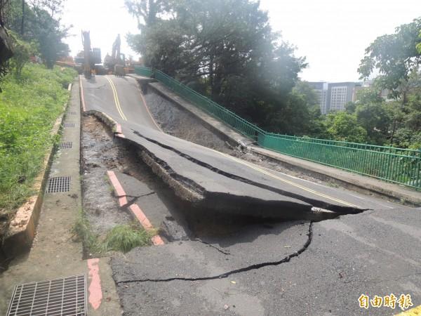 基隆中正公園主普壇前道路在6月2日大雨時隆起斷裂(記者盧賢秀攝)