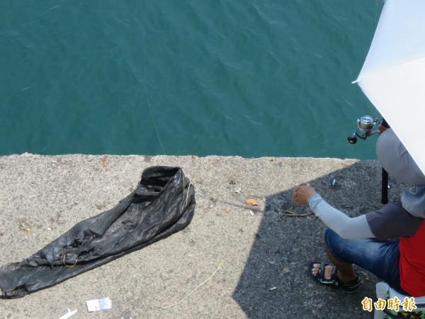 釣客不斷釣上垃圾,直呼根本沒辦法釣魚。(記者林欣漢攝)