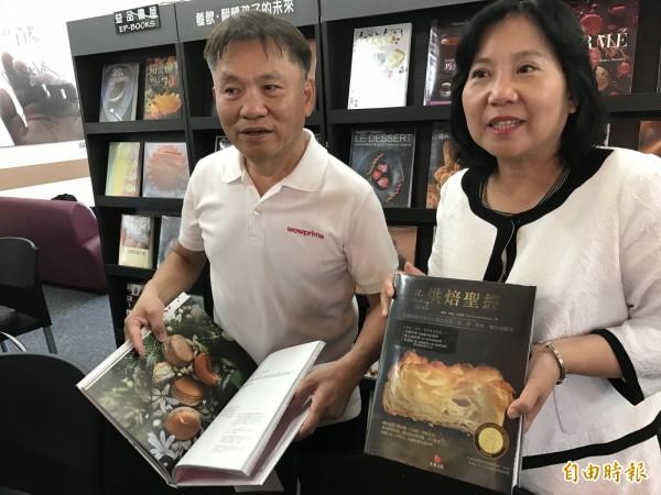 戴勝益(左)與高餐大校長林玥秀(右)一起推薦好書。(記者洪臣宏攝)