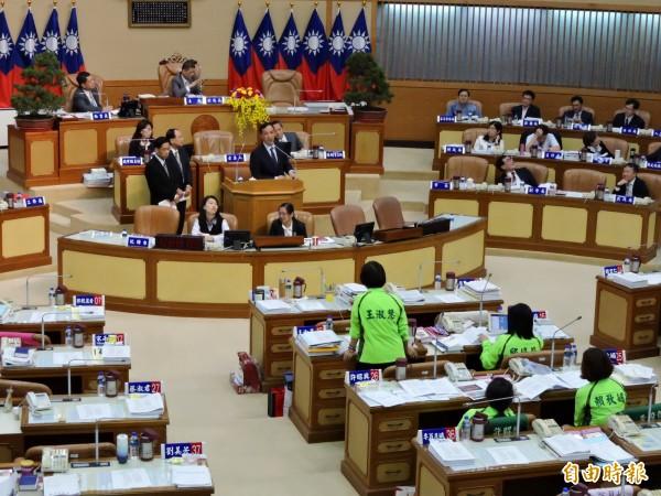新北爭取增設機捷兩車站,民進黨團議員質疑必要性。(記者何玉華攝)