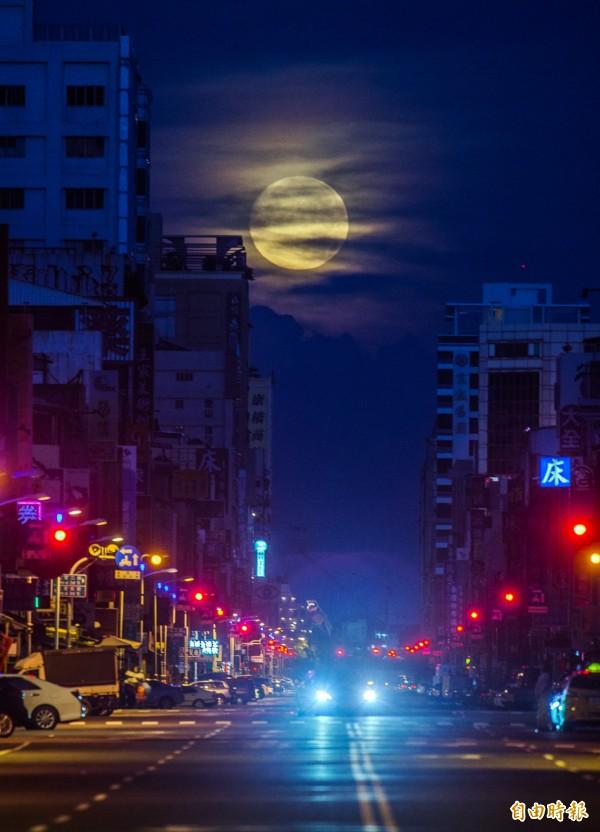 落月餘光映出厚厚雲層。(記者張忠義攝)