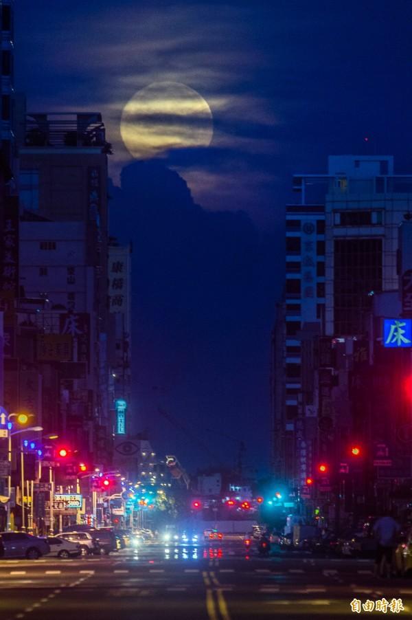 落月餘光映出厚厚雲層,就知道不妙了。(記者張忠義攝)