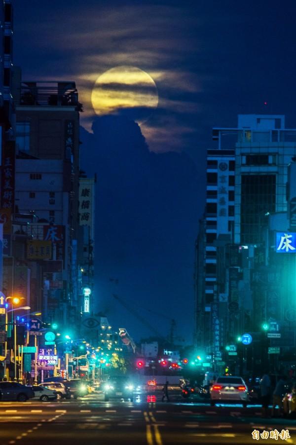 月落時因下端的雲層太厚而遮蔽光芒,相當可惜。(記者張忠義攝)