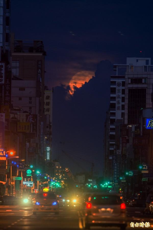 落月餘光。(記者張忠義攝)