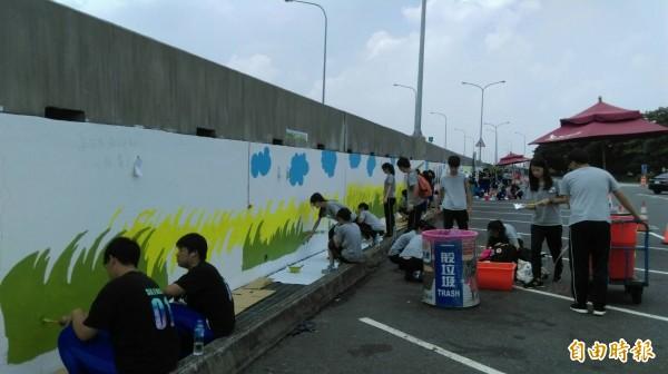學生們頂著豔陽作畫,大呼有趣。(記者廖淑玲攝)