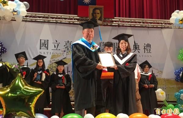 台東大學今天畢業典禮,年過8旬的校友王任生(左)擔任特殊貢獻獎頒獎人。(記者黃明堂攝)